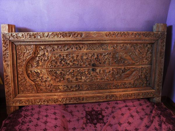 Puerta de madera labrada artesanalmente en Bali. Ref. APB