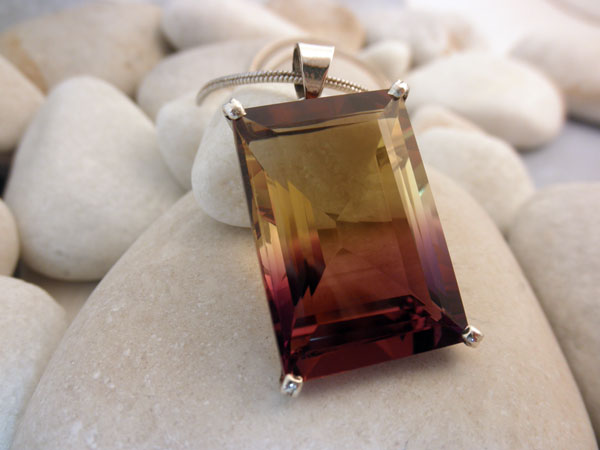 Ametrin Quartz gemstone from Bolivia crimped in silver pendant.. Foto 1