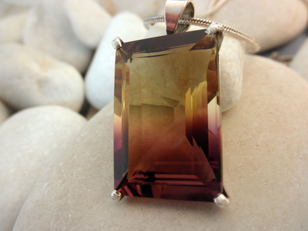 Ametrin Quartz gemstone from Bolivia crimped in silver pendant.. Foto 2