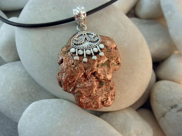 Colgante artesanal de plata y cobre nativo.. Foto 1