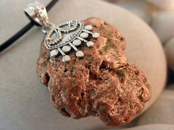 Colgante artesanal de plata y cobre nativo.. Foto 2