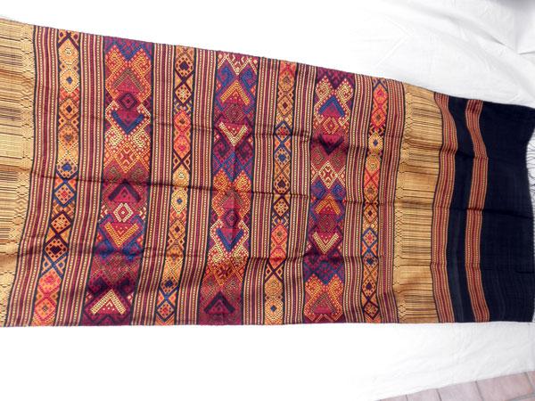 Chal tradicional de seda bordado a mano. Laos. Ref. CFA