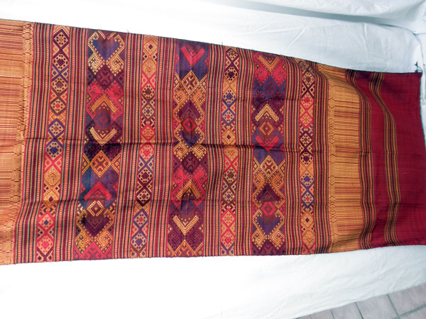 Chal tradicional de seda bordado a mano. Laos. Foto 1