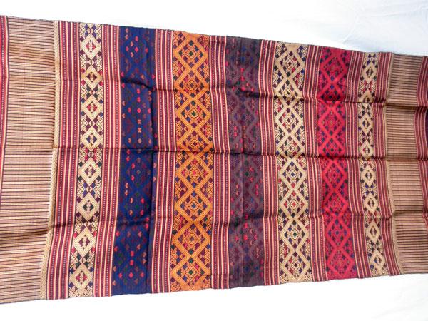 Chal tradicional de seda bordado a mano. Laos. Ref. CFF