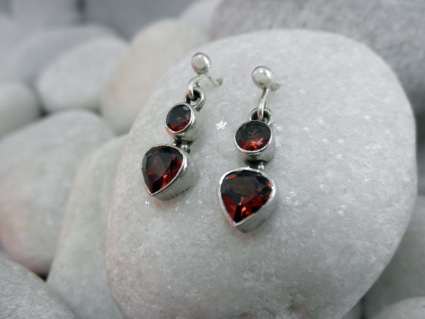 Pendientes etnicos artesanales de plata y gemas de Granate.. Foto 2