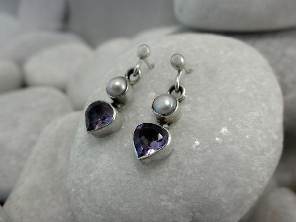 Pendientes artesanales de plata, gemas de Amatista y perlas cultivadas.. Foto 1