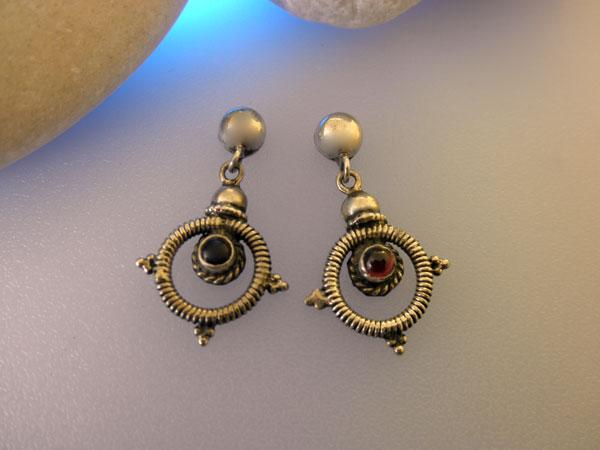 Garnet gemstones and Sterling silver earrings.. Foto 1