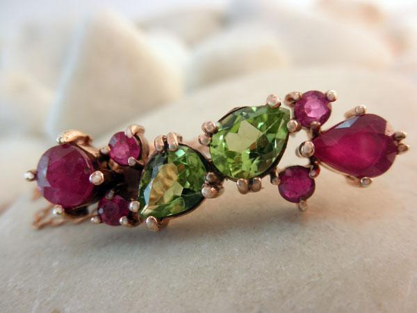 Colgante de joyeria artesanal con gemas de Peridoto y Rubis.. Ref. EAF