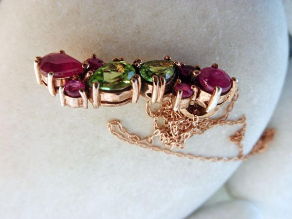 Colgante de joyeria artesanal con gemas de Peridoto y Rubis.. Foto 2