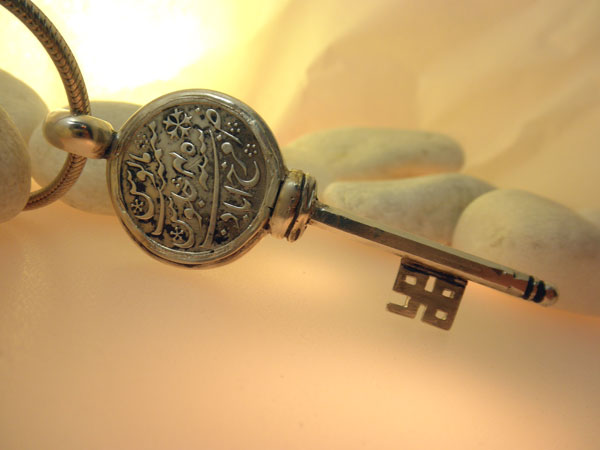 Colgante llave artesanal de plata.. Ref. EDF