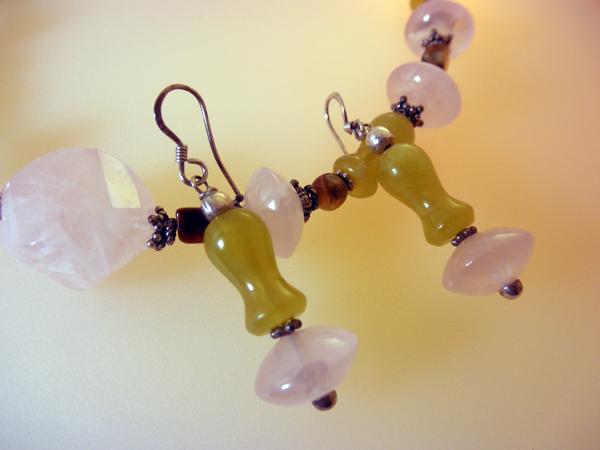 Conjunto de collar y pendientes de plata, cuarzo rosa y jade.. Foto 2