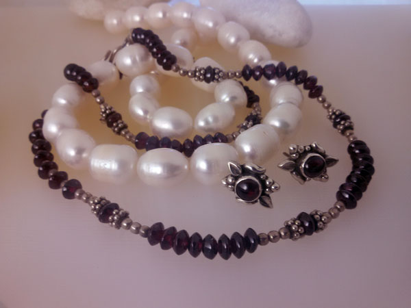 Garnet and Sterling silver necklace and earrings set.. Foto 1