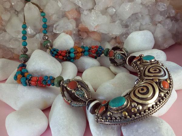 Collar etnico tibetano labrado artesanalmente.. Ref. EMU