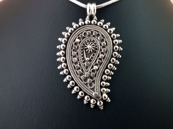 Ethnic Sterling silver pendant from Rajhastan, India.. Foto 1