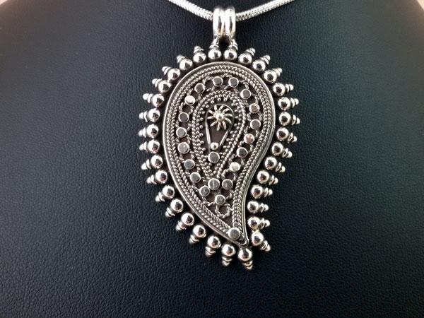 Colgante etnico artesanal de plata labrado artesanalmente.. Ref. EPR