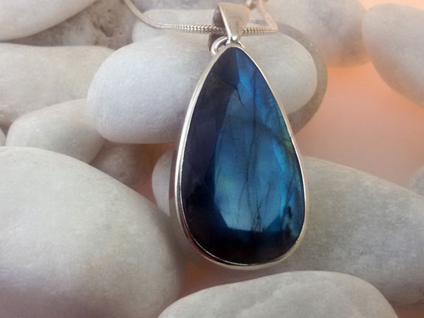 Labradorite gemstone and Sterling silver pendant.. Foto 1