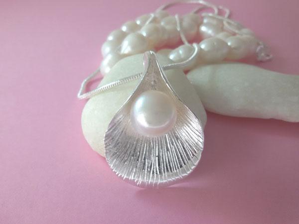 Colgante artesanal de plata y perla cultivada.. Ref. EQI