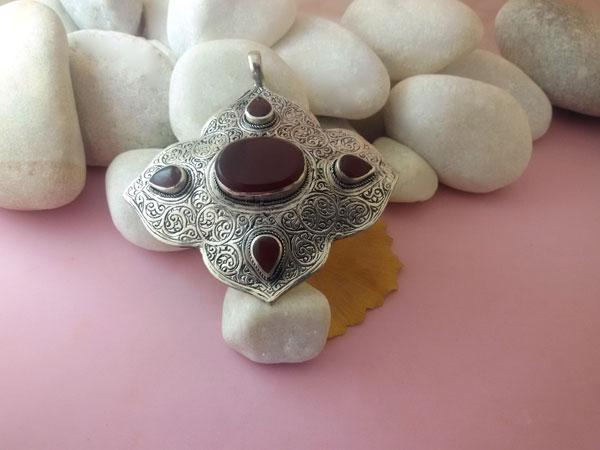 Colgante artesanal etnico con agatas cornalinas.. Ref. EQO