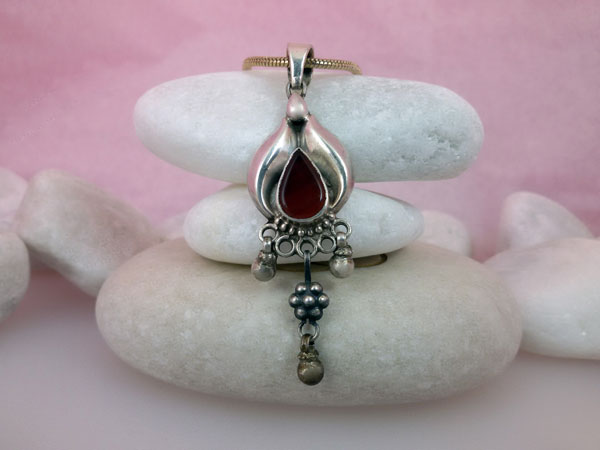 Antique Sterling silver and Carnelian Agate pendant from Orissa, India.. Foto 1