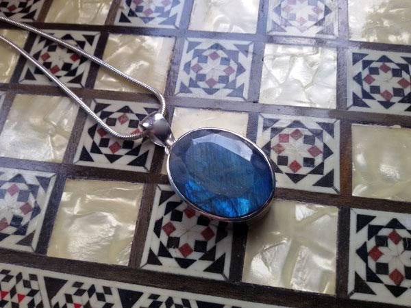 Gema de Labradorita procedente de Canada y engarzada en plata de 1a. ley.. Foto 2