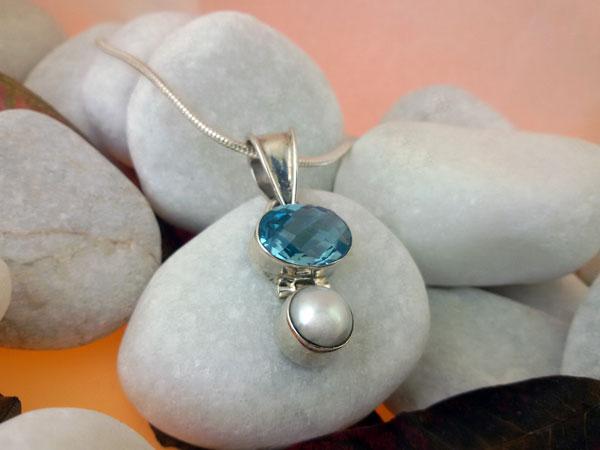 Colgante artesanal de plata y un conjunto de Topacio azul facetatado con una perla natural.. Foto 2