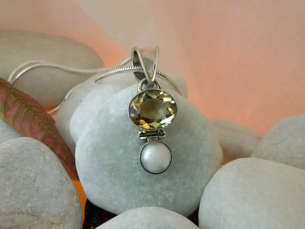 Citrine Quartz. Pearl and Sterling silver pendant.. Foto 1