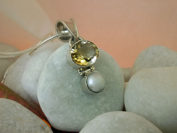 Citrine Quartz. Pearl and Sterling silver pendant.. Foto 2