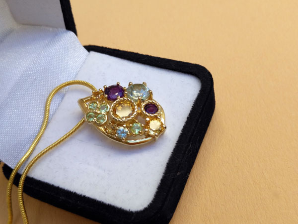 Elegante colgante de gemas preciosas.. Foto 2