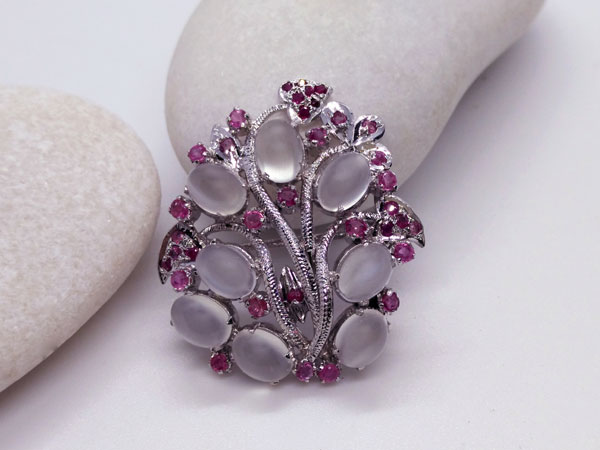 Silver brooch of handmade jewelry with Adularia and Rubis gems.. Foto 1