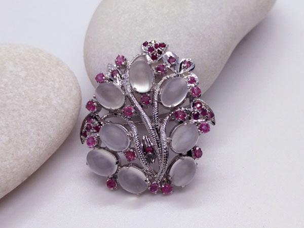 Broche de plata de joyeria artesanal con gemas de Adularia y Rubis.. Ref. JAI