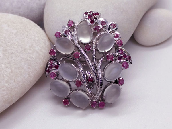 Silver brooch of handmade jewelry with Adularia and Rubis gems.. Foto 2