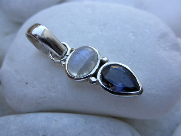 Silver pendant with a Moonstone and Amethyst gemstones. Foto 2
