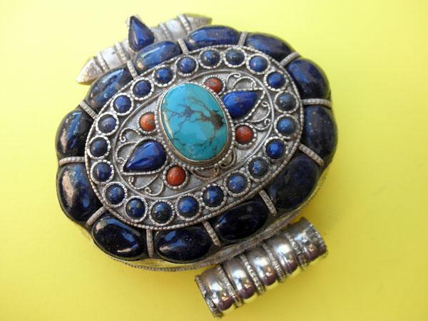 """Ga,u"" Silver and Lapislazuli Ethnic traditional pendant from Tibet.. Foto 1"