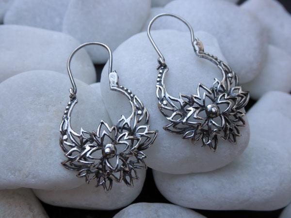 Pendientes labrados de plata. Foto 2