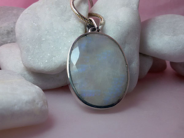Gorgeous Sterling silver and faceted Moonstone gemstone pendant.. Foto 2