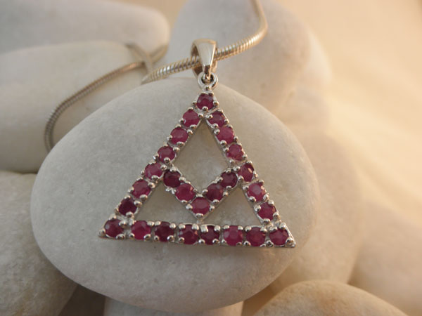 Symbolic traditional Sterling silver and Rubis pendant.. Foto 1