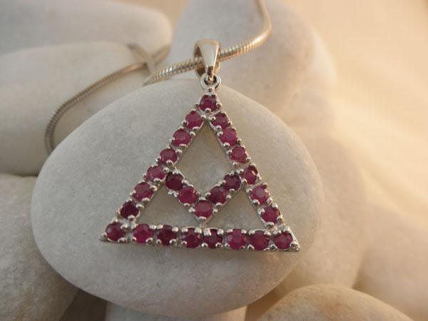 Colgante simbolico tradicional de plata y rubis.. Ref. JGQ