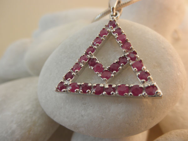 Symbolic traditional Sterling silver and Rubis pendant.. Foto 2