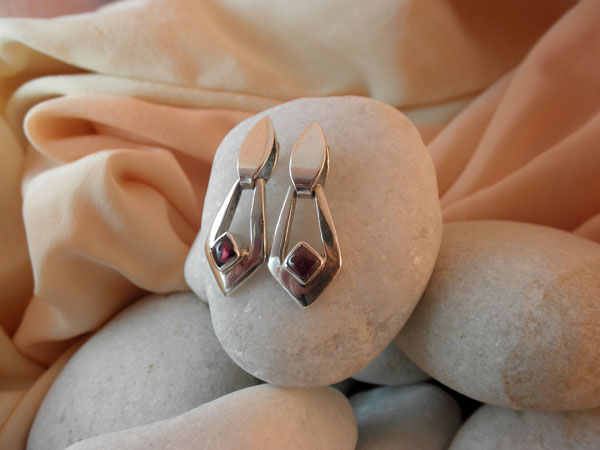 Handmade Sterling Silver and Garnet gemstone earrings.. Foto 1