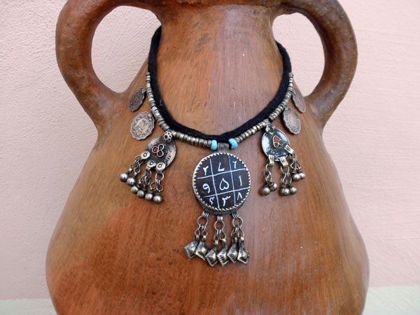 Ethnic traditional necklace from the valley of Swat in Pakistan.. Foto 1
