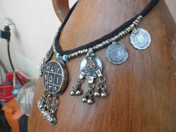 Ethnic traditional necklace from the valley of Swat in Pakistan.. Foto 3