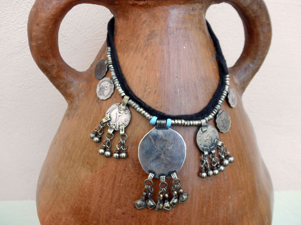 Ethnic traditional necklace from the valley of Swat in Pakistan.. Foto 4