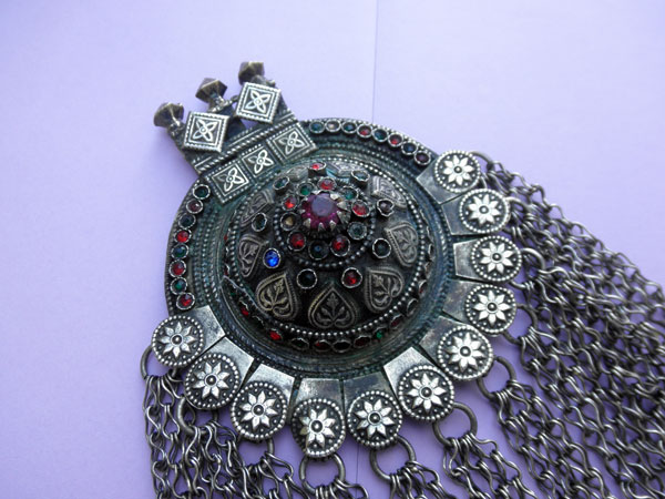 Ethnic traditional handmade pendant from Dagestan. Foto 1
