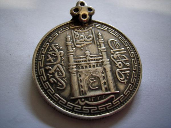 Colgante moneda de plata, Hyderabad State,  año 1336 AH. Ref. JPH