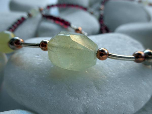 Collar artesanal de plata, cuarzo verde, granates y jade.. Ref. JQC
