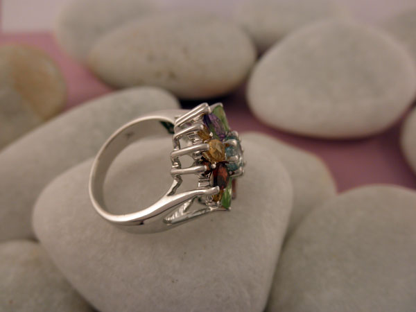 Anillo artesanal de plata y gemas. Foto 3