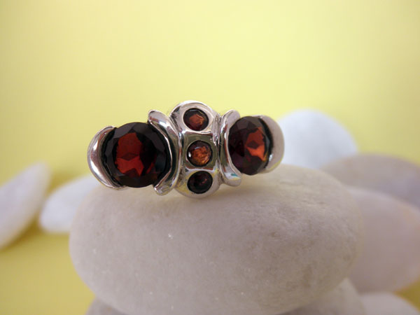 Handmade Sterling silver and Garnets ring.. Foto 1