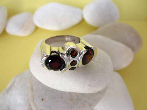 Handmade Sterling silver and Garnets ring.. Foto 2