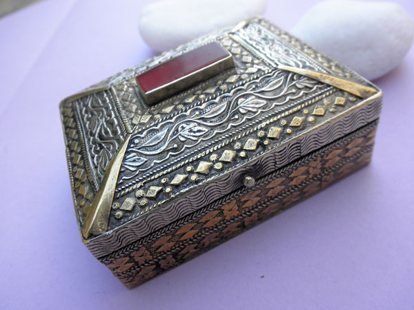 Antique silver, bronze and Agate box from Afghanistan.. Foto 1