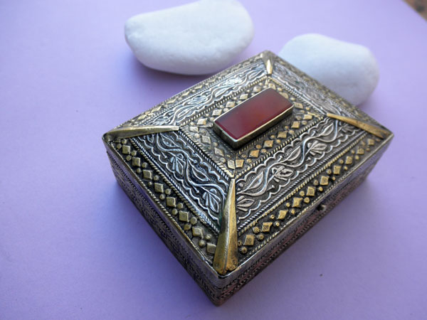 Antique silver, bronze and Agate box from Afghanistan.. Foto 2